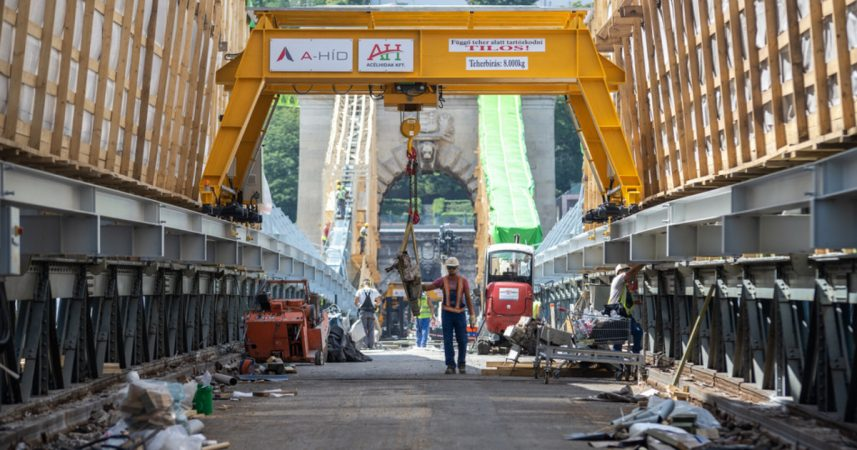 Jól halad a Lánchíd felújítása, kiszállították az új acélszerkezet első két tábláját